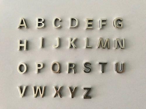 Buchstaben silbern